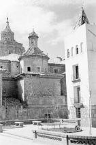 Plaza de la Marquesa o de Fray Anselmo Polanco, entorno a 1960. Los arbustos son sustituidos por árboles. Todavía el aparcamiento para vehículo no apremiaba..