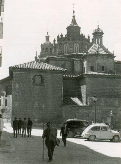 Plaza de la Marquesa o de Fray Anselmo Polanco. El espacio interior es sustituido por una estrecha zona ajardinada en el centro de la Plaza, con aparcamiento a ambos lados. Entorno a 1965.