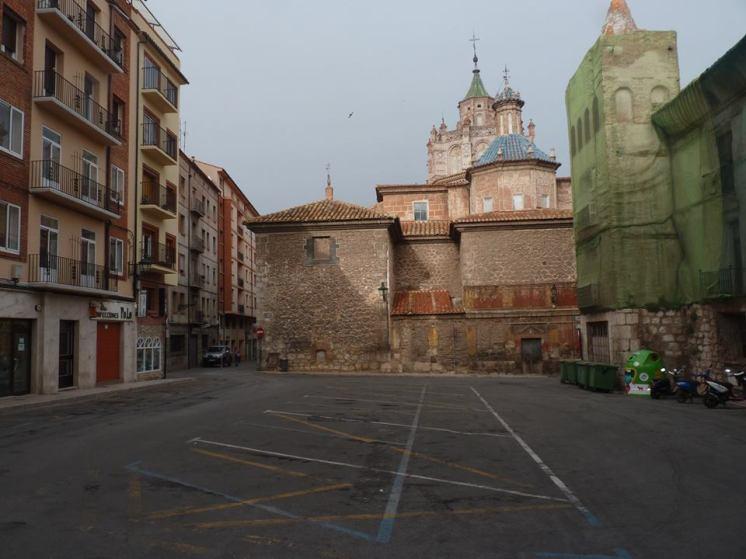 Plaza de la Marquesa o de Fray Anselmo Polanco. Fotografía de Agustín Garcia. En ella, aunque la casa de la Marquesa está en estos momentos en rehabiliración para convertirla en un hotel, el espacio está dominado por el aparcamiento de vehículos